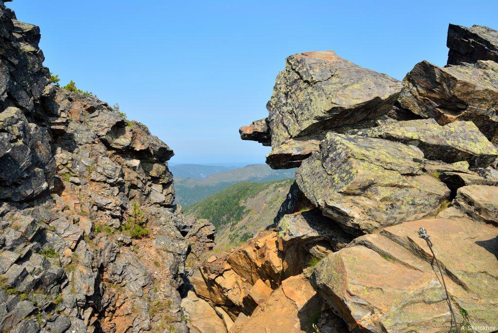 Скала перед вершиной Пика Черского
