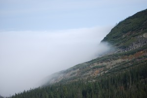 Языки тумана лижут подножия гор